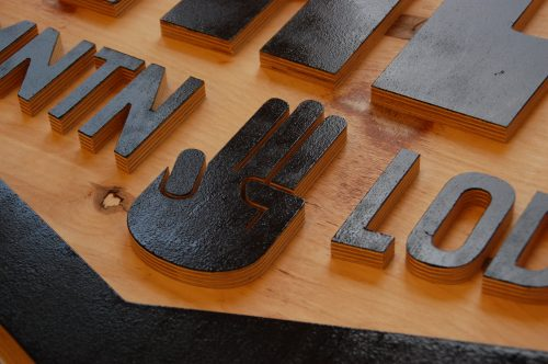 cnc gefreesd logo in hout detail